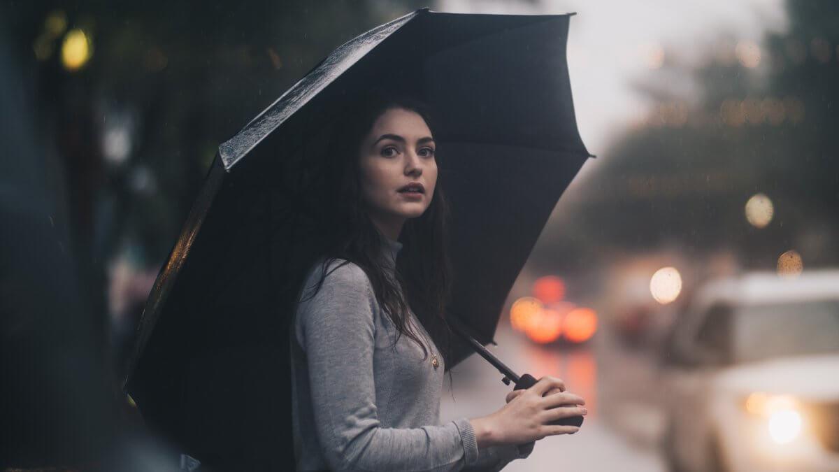 湿気で髪が広がる理由とは?梅雨に負けない髪をつくるヘアケア法